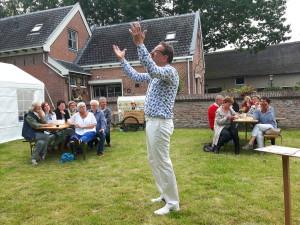 Gottfrid van Eck vertelt een verhaal bij de opening van de tapas maaltijd