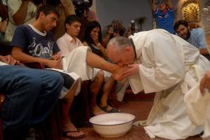 Bisschop Bergoglio - nu paus Franciscus - wast de voeten van drugsverslaafden op Witte Donderdag in 2008
